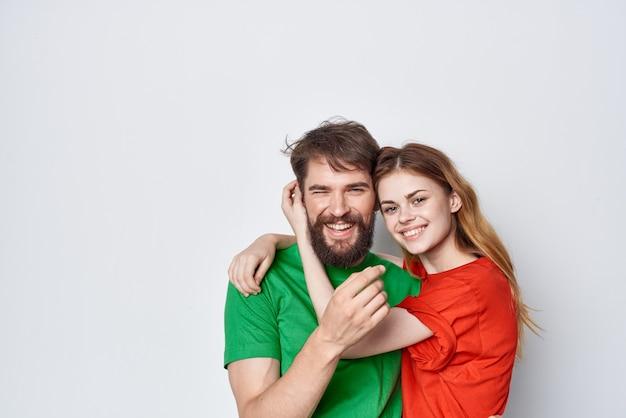 Man en vrouw veelkleurige tshirts communicatie ruzie geïsoleerde achtergrond