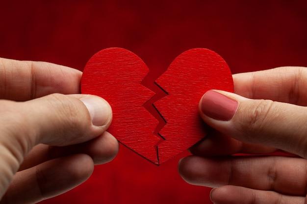 Man en vrouw verbreken relatie. gebroken hart. barst in het rode hart, de relatie verbreken.