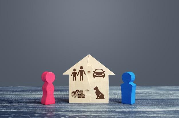 Man en vrouw verdelen een huis in een echtscheidingsproces. eerlijke echtscheidingsovereenkomst.