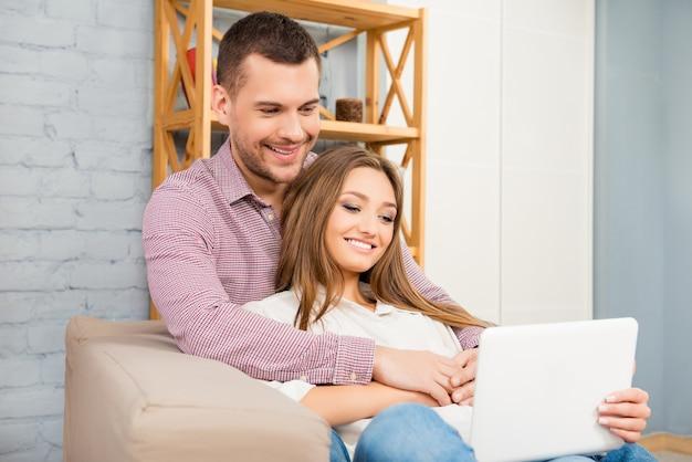 Man en vrouw verliefd kijken naar film op laptop