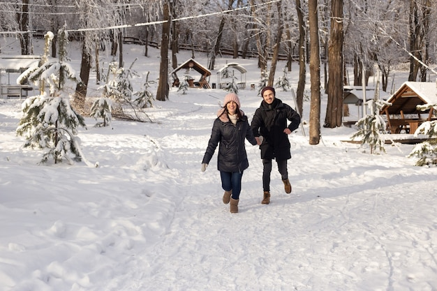 Man en vrouw verliefd op een besneeuwde winterpark