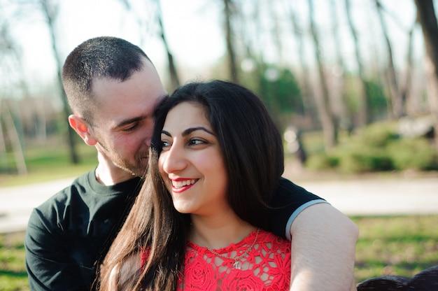 Man en vrouw verliefd poseren in het park