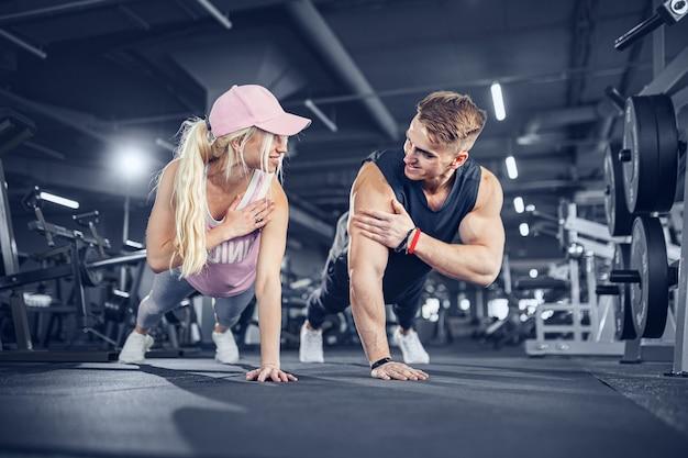 Man en vrouw versterken handen bij fitnesstraining
