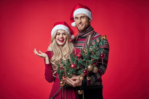 Man en vrouw vieren kerst geluk romantiek rode achtergrond