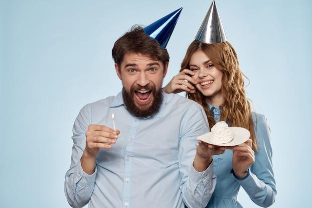 Man en vrouw vieren verjaardag met cake Premium Foto