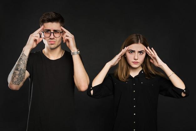 Man en vrouw voelen elkaar gestrest en boos op elkaar, gefrustreerd paar handen op het hoofd, niet praten na geschil, tieners ruzie, familiecrisis en relatieproblemen