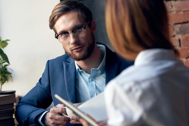 Man en vrouw werken collega's communicatie leuk vrijetijdscafé