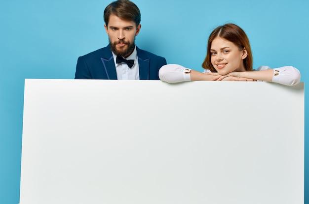 Man en vrouw witte banner geïsoleerde muur presentatie communicatie reclame.