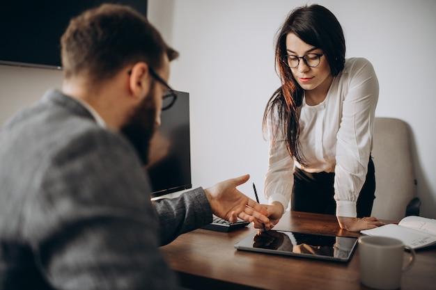 Man en vrouw zakenpartners werken in kantoor
