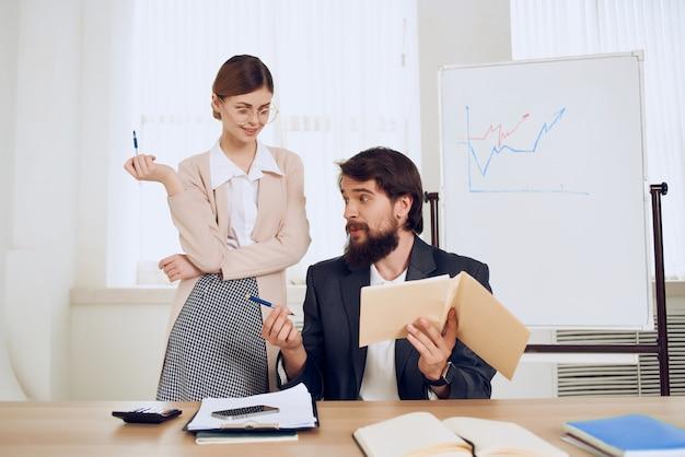 Man en vrouw zitten aan de balie discussie emoties communicatie