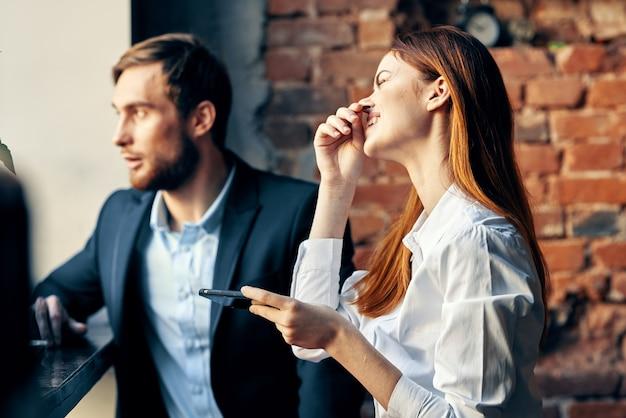 Man en vrouw zitten in café communicatie ambtenaren levensstijl