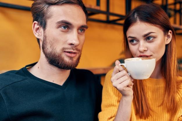 Man en vrouw zitten in een café