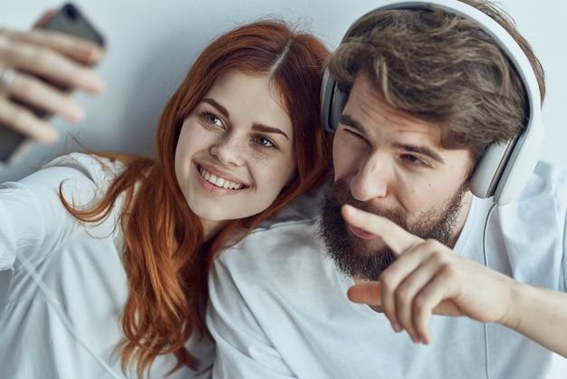Man en vrouw zitten op de vensterbank samen appartementen technologie