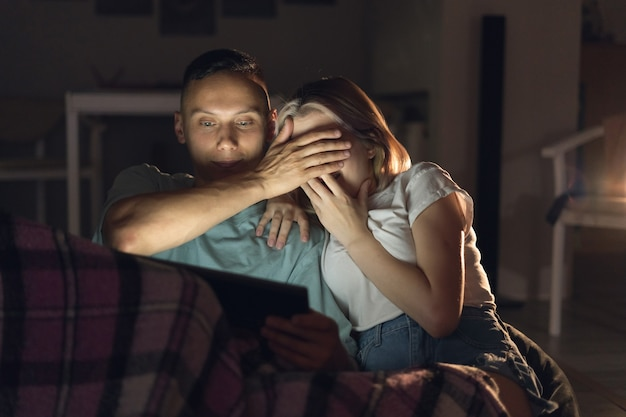Man en vrouw zitten 's avonds thuis