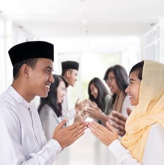 Man en vrouwengroet op moslim traditionele manier