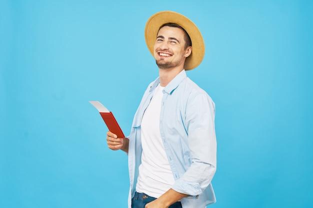 Man en vrouwreiziger met een gekleurde koffer, vreugde, paspoort