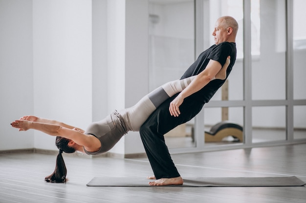 Man en wom een balans yoga asana