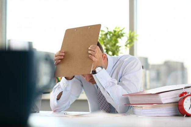 Man ervaart stress en hoofdpijn