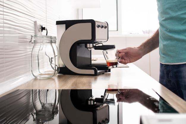 Man espresso koffie thuis voorbereiden