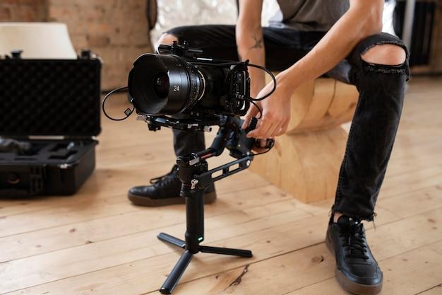 Man filmt met een professionele camera voor een nieuwe film