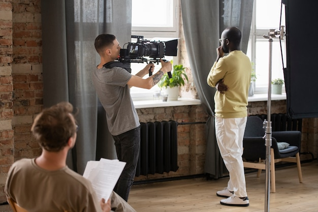 Man filmt met een professionele camera
