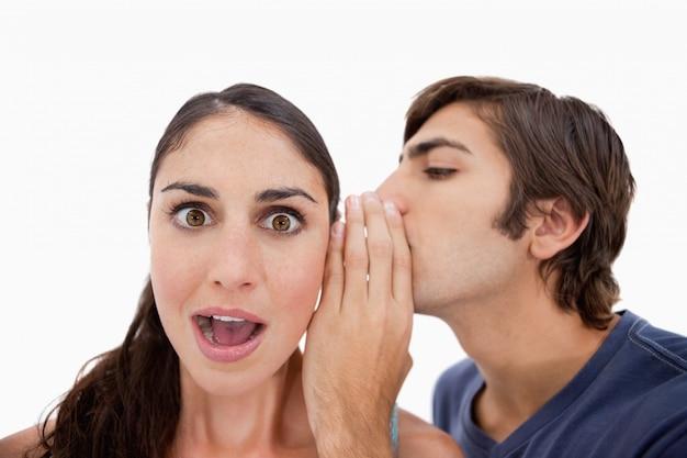 Man fluistert iets schokkends tegen zijn verloofde