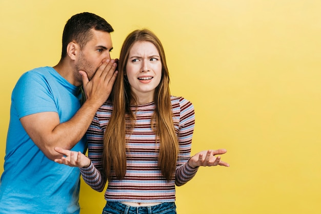 Man fluistert tegen zijn nieuwsgierige vriend