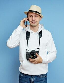 Man fotograaf met een camera praten aan de telefoon