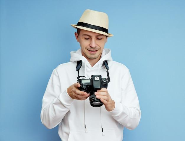 Man fotograaf met een slr-camera in zijn handen maakt foto's