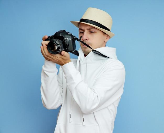 Man fotograaf met een spiegelreflex camera in zijn handen maakt foto's