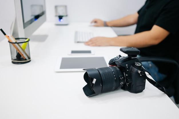 Man fotograaf werk met computer in kantoorwerk