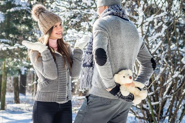 Man gaat zijn vrouw een teddybeer geven