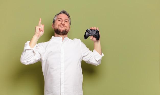 Man gamer van middelbare leeftijd met een afstandsbediening