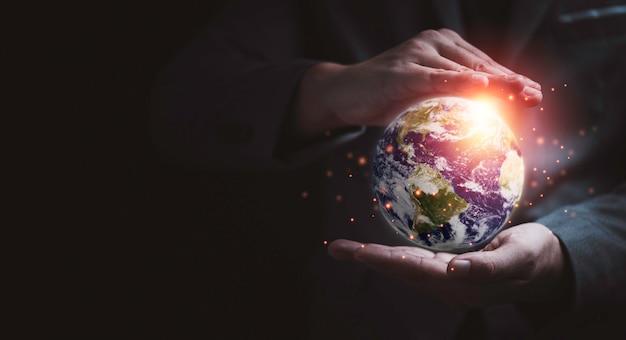 Man gebaar planeet beschermen met twee handen voor de dag van de aarde en energie milieu concept besparen, element van dit beeld van nasa en 3d render.