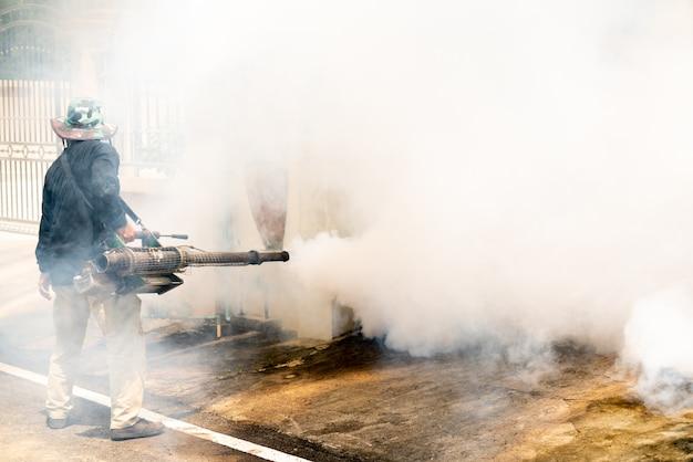 Man gebruik fumigatie muggen machine