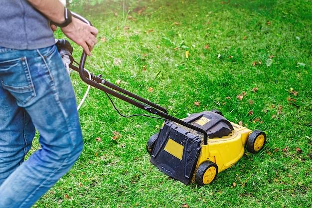 Man gebruikt grasmaaier