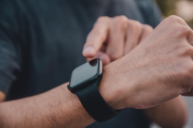 Man gebruikt smartwatch om te rennen