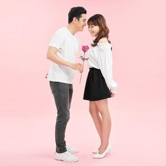 Man geeft een roos aan een vrouw, geluk