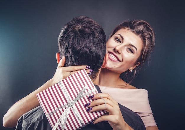 Man geeft zijn vriendin een geschenkdoos voor valentijnsdag.