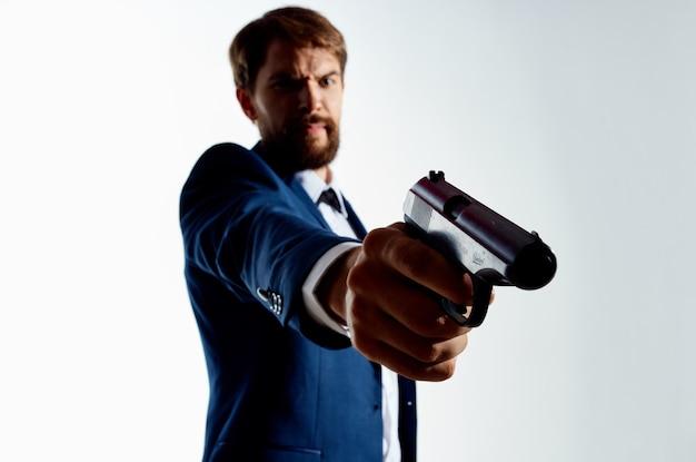 Man geheim agent met een pistool in de handen van een misdaad geïsoleerde achtergrond
