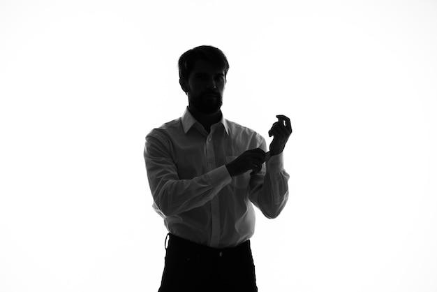 Man geheim agent met een pistool in de handen van een misdaad poseren studio