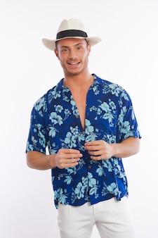 Man gekleed met hawaiiaans shirt