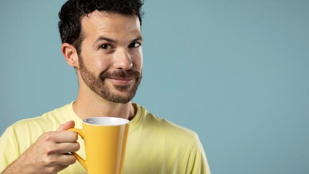 Man geniet van een kopje koffie