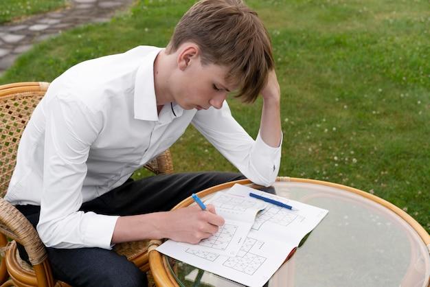 Man geniet van een sudoku-spel op papier