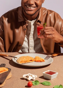 Man geniet van heerlijk italiaans eten