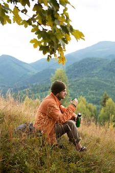 Man geniet van landelijke omgeving