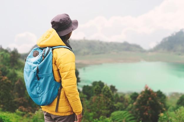 Man geniet van mistige bergen uitzicht avontuur levensstijl solo reizen
