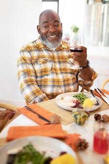 Man geniet van wat wijn op thanksgiving day