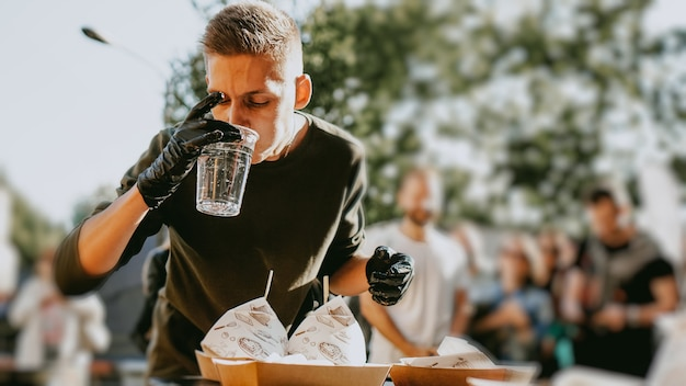 Man genieten van buiten straatvoedsel festival