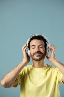 Man genieten van muziek op koptelefoon
